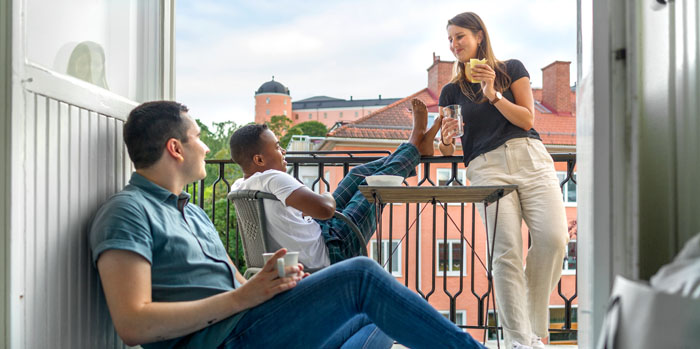 Decorative image: Three students on a street in Visby